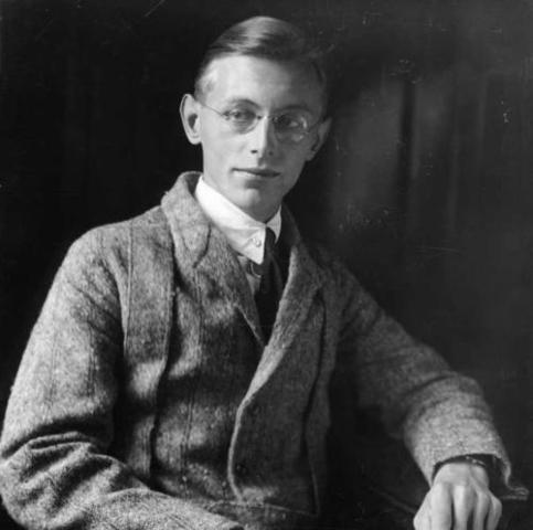 1900 Orff started studying the piano at the age of five, and he also took organ and cello lessons.
