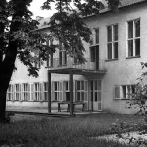 Dorothee Günther and Orff founded the Günther School for gymnastics, music, and dance in Munich. Orff was there as the head of a department from 1925 until the end of his life, and he worked with musical beginners. There he developed his theories of music