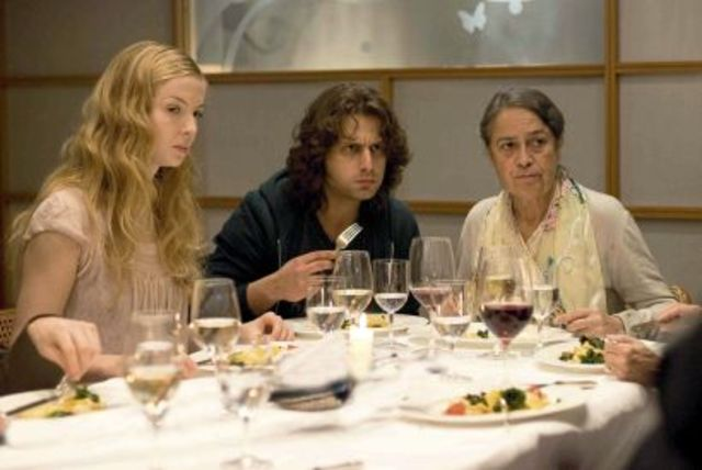 Zinos isst mit Nadine und ihre Familie