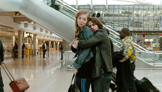 Zinos sagt Lebewohl zu Nadine in der Flughafen