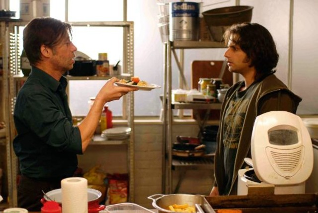 Shayn zeigt Zinos das Essen