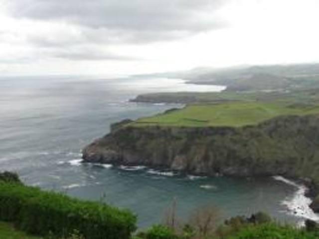 Descoberta dos Açores. Possivelmente no regresso de uma viagem pelo mar largo, o piloto Diogo de Silves desembarca em Santa Maria;