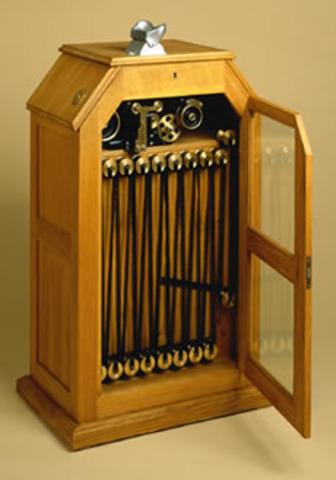 Thomas Edison builds Kinetiscope