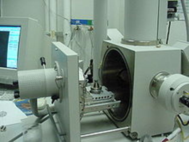 First scanning electron built