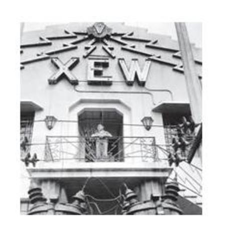 una emisora de radio local, la XEW, permitió a Pedro Infante iniciar modestamente su carrera como cantante