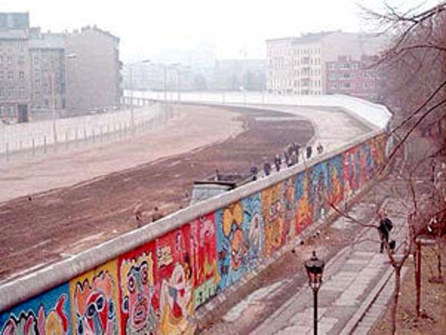 Berlinermuren blir laget