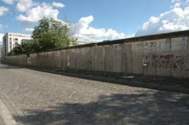 Berlinmuren blir bygget