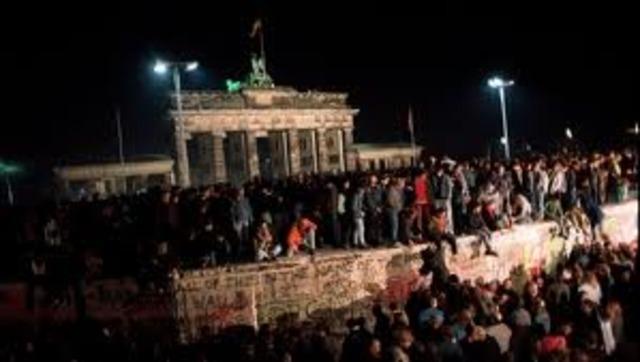 Berlinmuren blir revet