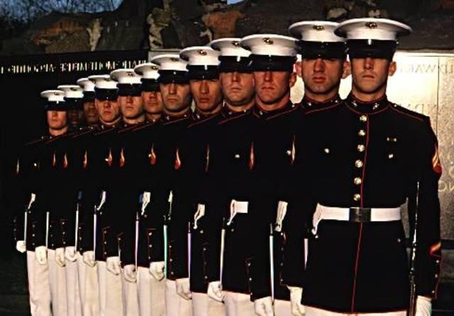 Él se alistó en la infantería de marina de los Estadios Unidos