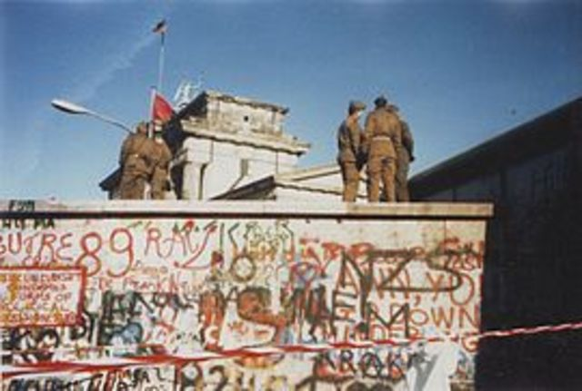Berlinmuren bygges