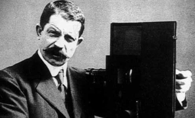inventa el chronofono permitiendo la sonorización sincrónica de las películas.