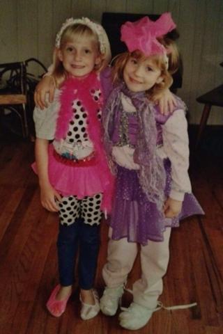 Hace quince años que me vestí con mi amiga Lauren.  Nos encontó a usar nuestra imaginación y jugar juntos.