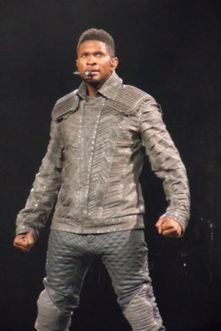 Hace un año y cinco meses que fui al concierto de Usher y Akon en Pittsburgh.  Mis amigas y yo estábamos muy cerca de la etapa.