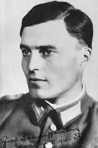 Claus von Stauffenberg intenta assassinar a Hitler.