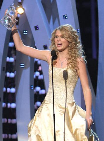 Taylor Swift Wins The CMA Horizon Award