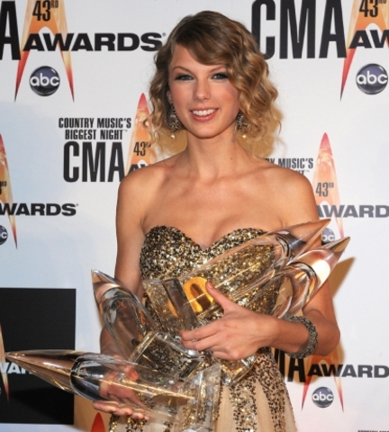 Taylor takes home 4 CMA's