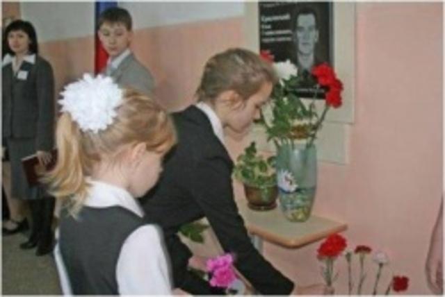 открыта мемориальная доска погибшему в Чечне выпускнику школы Красовскому Илье.