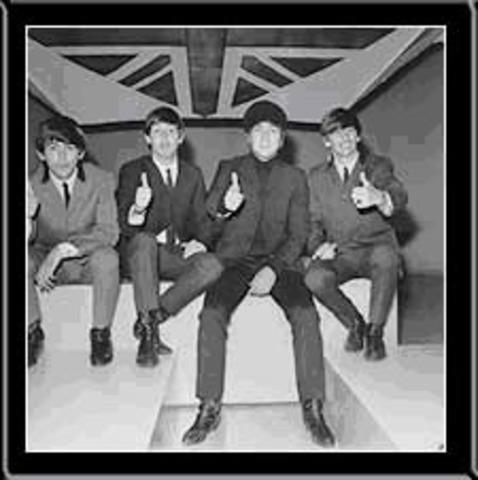 La reine d'Angletterre reçoit les Beatles