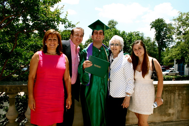 Mi hermano se graduó al colegio