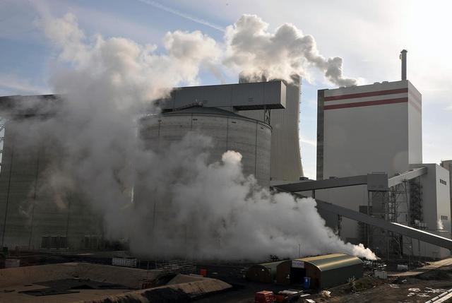 Kraftwerk in einer Wolke aus Wasserdampf
