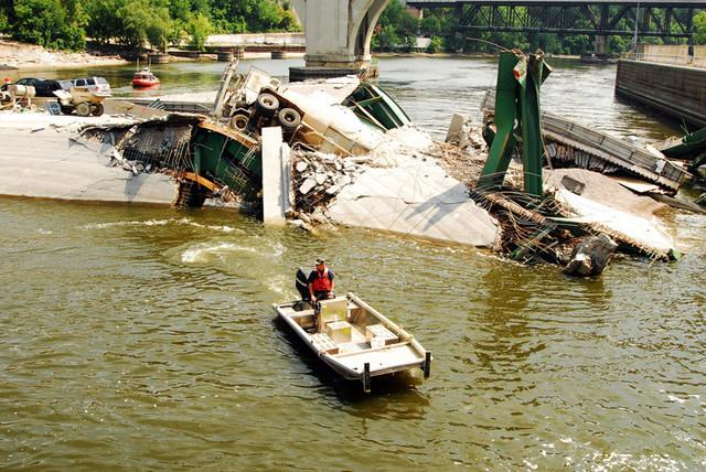 The 35-W bridge collapses.