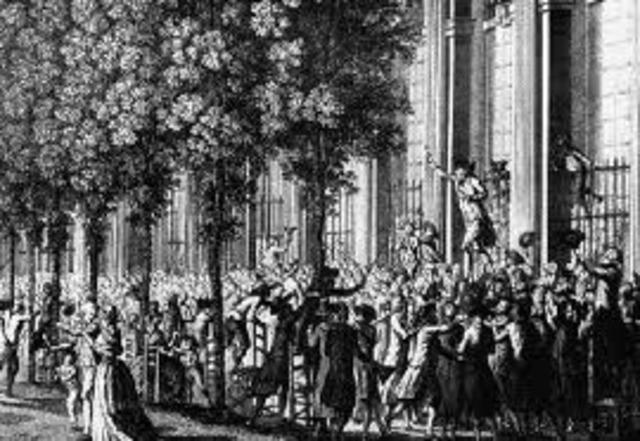 Jacques Necker es destituido como mministro de las finanzas reales. La noticia de su destituición está en el origen de los tumultos del día siguiente en París, azuzados por las arengas de Camille Desmoulins en el Palacio Real de París.