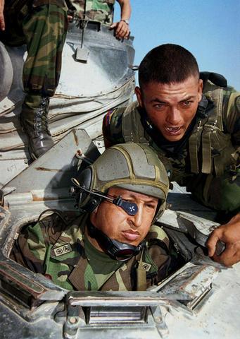 Nombrado comandante de pelotón y compañía de tanques AMX-30 en Maracay. Nace Rosa Virginia Chávez Colmenares