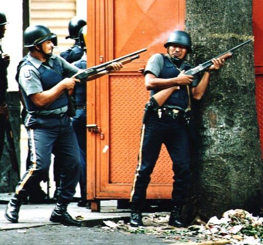 Chávez lidera un intento de golpe de Estado contra el presidente Carlos Andrés Pérez.
