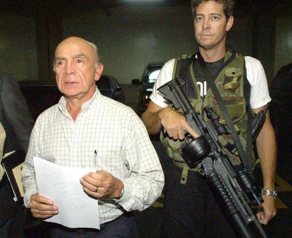 Chávez permite salir de Venezuela al empresario Pedro Carmona para viajar a Colombia, país que le concedió asilo político.