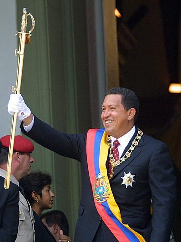 Chávez asume la presidencia y convoca un referéndum
