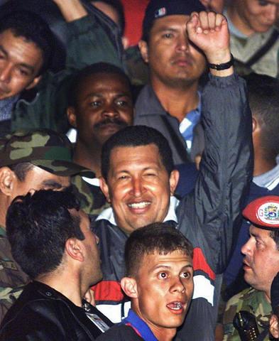Liberado Chávez después de 26 meses de prisión. Renuncia al ejército. El presidente Caldera suspende los cargos en su contra. Chávez pide la conformación de una Asamblea Nacional Constituyente