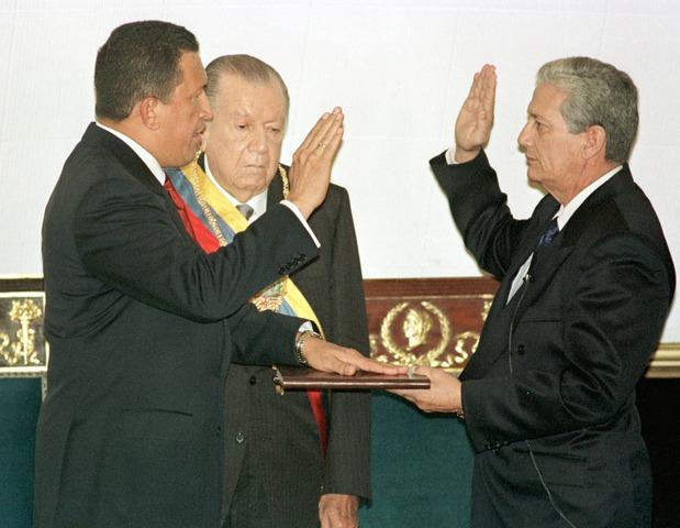 Elegido Hugo Chávez presidente de Venezuela con 56 por ciento de los votos.