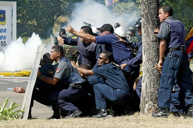 Una protesta opositora es fuertemente reprimida por la militarizada Guardia Nacional, lo que caldea los ánimos y provoca disturbios que dejan decenas de lesionados por perdigones y asfixiados por gases lacrimógenos. Gobierno asegura que el paro pierde ter