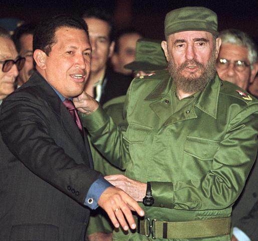 Varios médicos cubanos que cooperaron en la tragedia de Vargas piden asilo. El gobierno les concede visa de transeúntes. En La Habana hay incomodidad