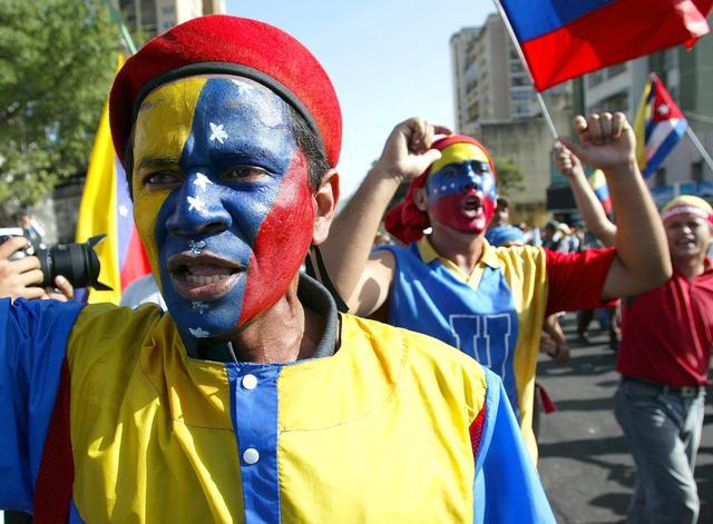 Grupos en favor de Chávez se manifiestan en Caracas, al tiempo que se producen brotes de violencia y saqueos en comercios de la ciudad. El general Efraín Vásquez, comandante general del Ejército, dice que el gobierno provisional ha cometido errores y cond