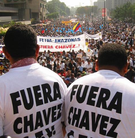 La Confederación de Trabajadores de Venezuela (CTV),  y los partidos de oposición convocan el paro general para el dos de diciembre, para obligar a Chávez a que se comprometa a una salida electoral en corto plazo.