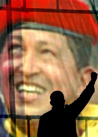 Chávez regresa al palacio presidencial de Miraflores y asume de nuevo la Presidencia.
