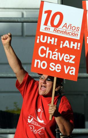 La reforma a la Constitución propuesta por Chávez, que incluye la reelección ilimitada, es rechazada en referéndum.