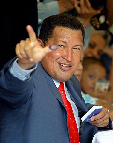 Chávez gana un referendo revocatorio de su mandato con 59% de los votos