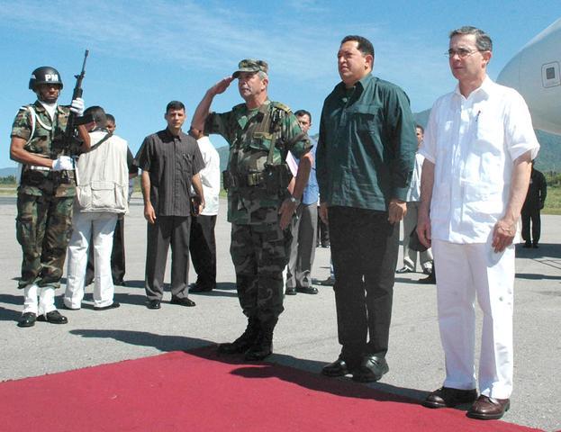 """En la cuarta cumbre de las Américas y con motivo de las diferencias por el ALCA, Chávez la emprende contra el presidente Vicente Fox llamándolo """"cachorro del imperio''. El gobierno mexicano retiró a su embajador esperando una disculpa formal. Chávez conge"""