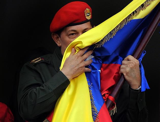 Chávez es nuevamemte reelecto con el 62% de los votos. Vence en comicios al opositor Manuel Rosales, gobernador del estado de Zulia.
