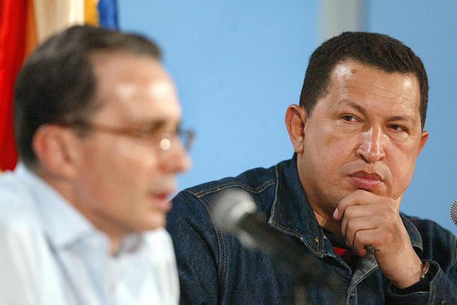 A lo largo de este mes, el gobierno colombiano denuncia que en enero de 2007 el jefe guerrillero Iván Márquez envió varios correos electrónicos en los que afirmaba que los generales venezolanos Cliver Alcalá y Hugo Armando Carvajal le entregarían lanzacoh