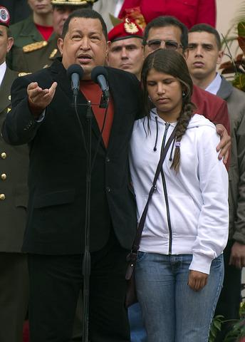 En una intervención televisada, Chávez explica que está recuperándose de la operación.