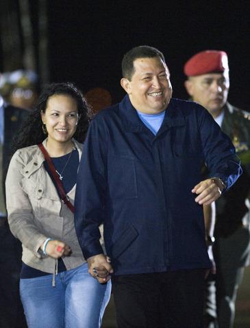 Chávez viaja a La Habana para iniciar un tratamiento de quimioterapia tras una operación de cáncer en la zona cervical. Programa una estancia de tres días en la capital cubana.