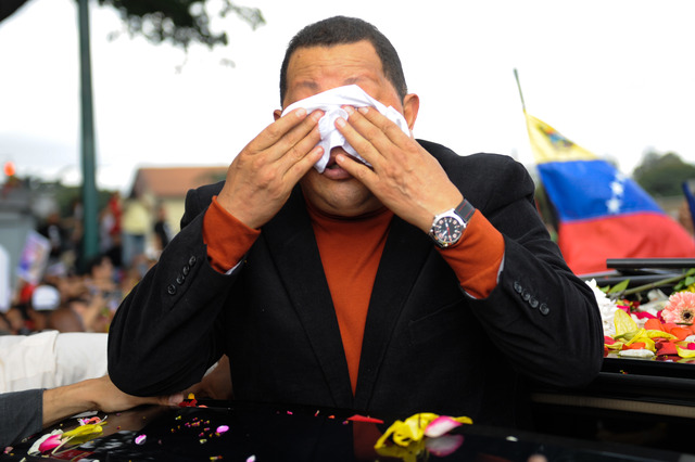 """Chávez anuncia el fin """"exitoso"""" del tratamiento para combatir el cáncer que padece."""