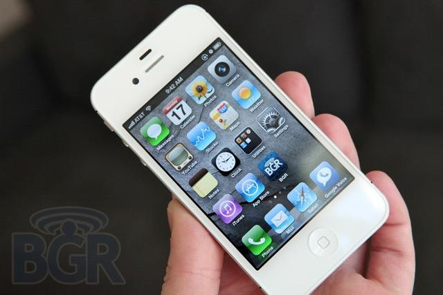 Steve Jobs creates theiPhone 4.
