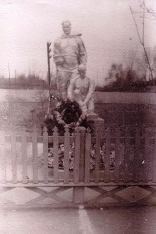 Установлена Братская могила и Памятник воинам, павшим в боях с милитаристской Японией в 1945 г.