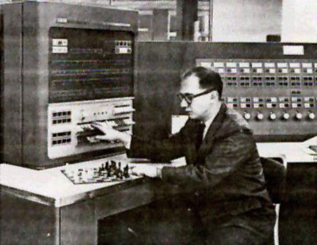 Maurice Wilkes inventa la microprogramación.
