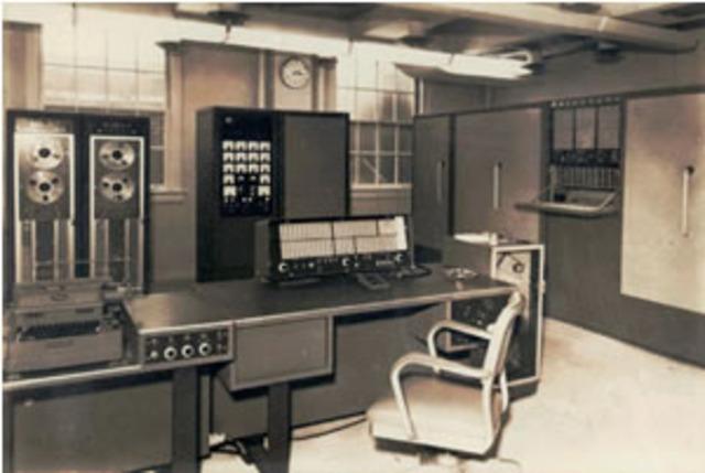 IBM vendió por un valor de 1.230.000 dolares su primer sistema de disco magnético.