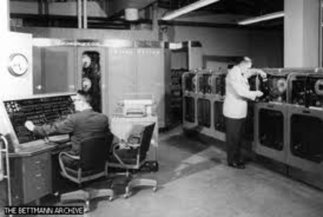 IBM envió la mainframe IBM 1401 basado en transistor, que utilizaba tarjetas perforadas.